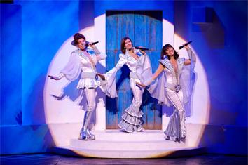 De gauche à droite : Marion Posta (Tanya), Sophie Delmas (Donna), Karen Gluck (Rosie)
